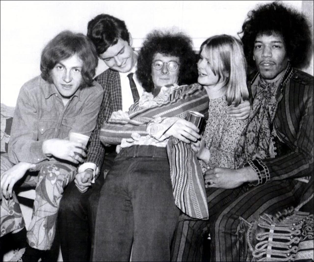 1967. Джими Хендрикс, Ноэль Реддинг и Митч Митчелл с поклонниками