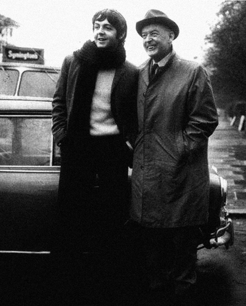 1967. Пол Маккартни со своим отцом
