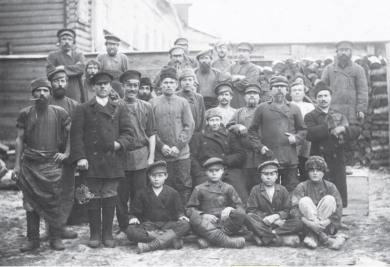 Группа рабочих мастерской Н.С. Черемисинова в Заимке. 1901