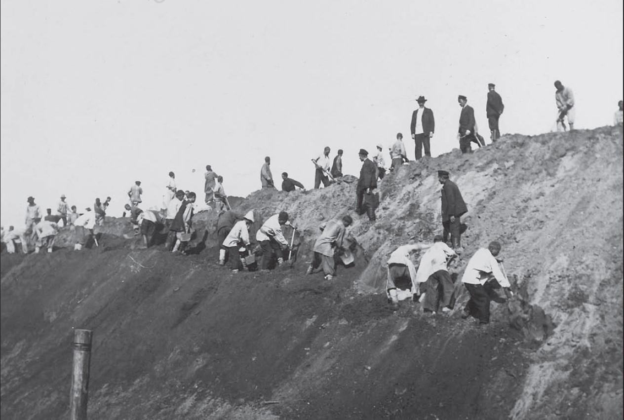 Рабочие во время рытья котлована
