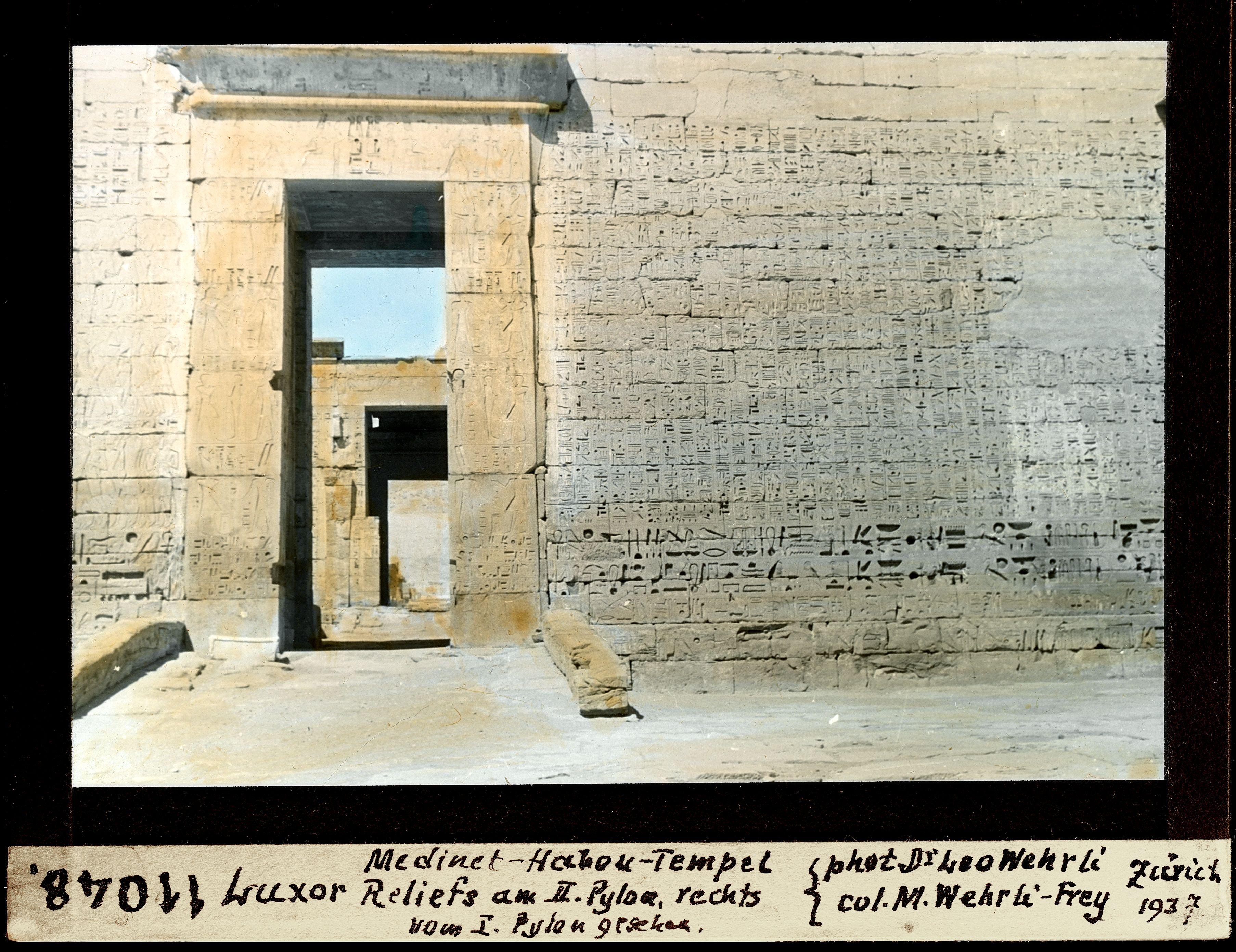 Мединет-Абу. Погребальный храм Рамсеса III. Рельефы на пилоне №II справа от пилона №I