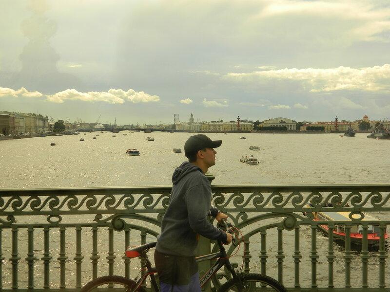 Велосипедист на Троицком мосту