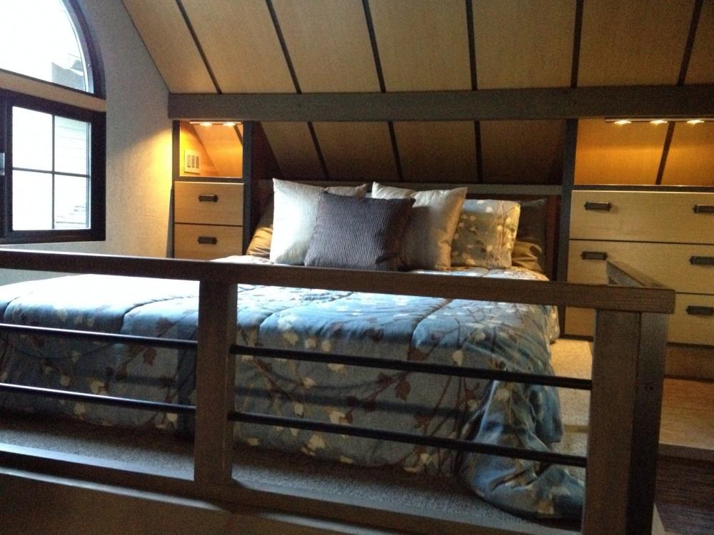 Навтором этаже расположилась комфортная спальня, вкоторой есть просторная кровать исистемы для хр