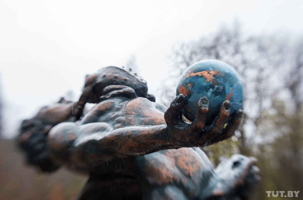 Одну из скульптур на участке душит жаба. Хозяин объясняет, что эта жаба задушила много творческих лю