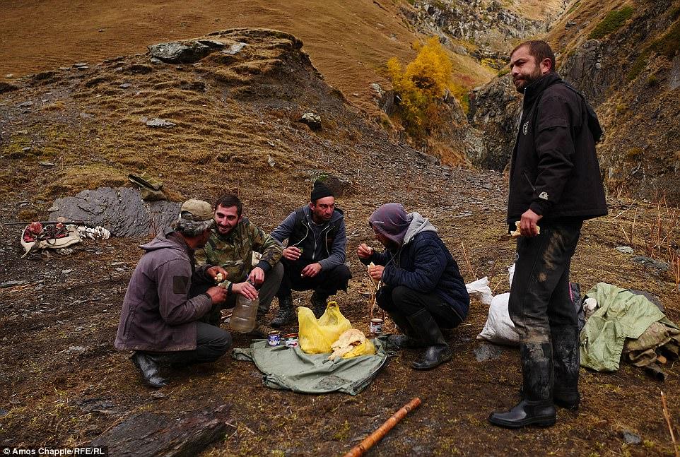 Прежде чем отправиться в путь, мужчины пообедали бутербродами с овечьим сыром и выпили чачи. Минуту
