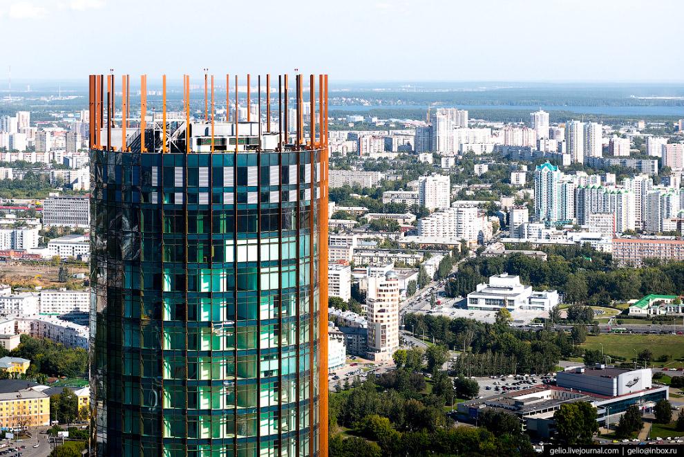 16. Законодательное собрание Свердловской области. 8-этажное здание с колоннами и куполом на крыше в
