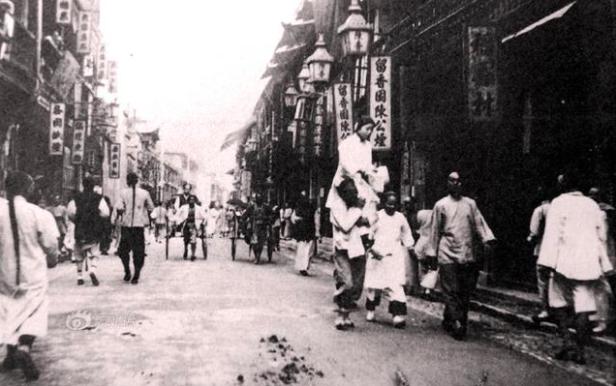 Последние годы династии Цин, Шанхай. Слуга несет на плечах юную девушку для клиента.