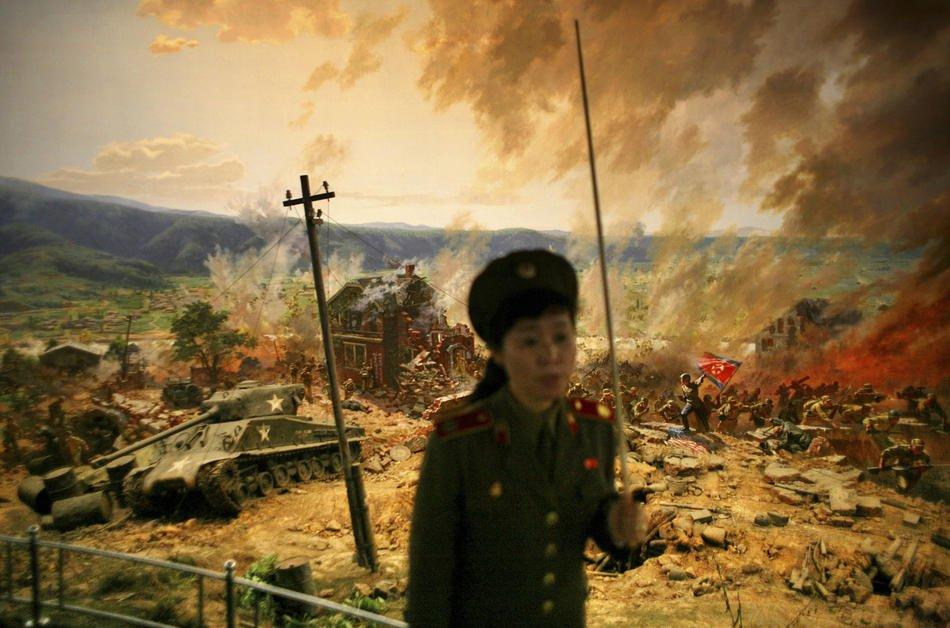 Вообще, в Северной Корее есть  запрет на фотографирование военных . Лейтенант со знач