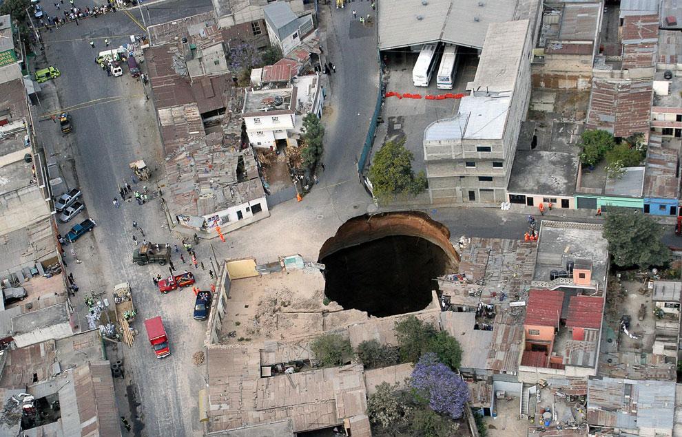 5. Та же дыра к северу от города Гватемала вблизи, 23 февраля 2007. (AP Photo | Moises Castillo):