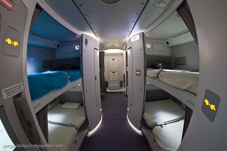 А380 может находится в воздухе до 15 часов. Понятно, что ни пилоты, ни экипаж не могут столько работ