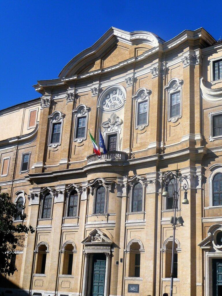 Здание около церкви Нуово.