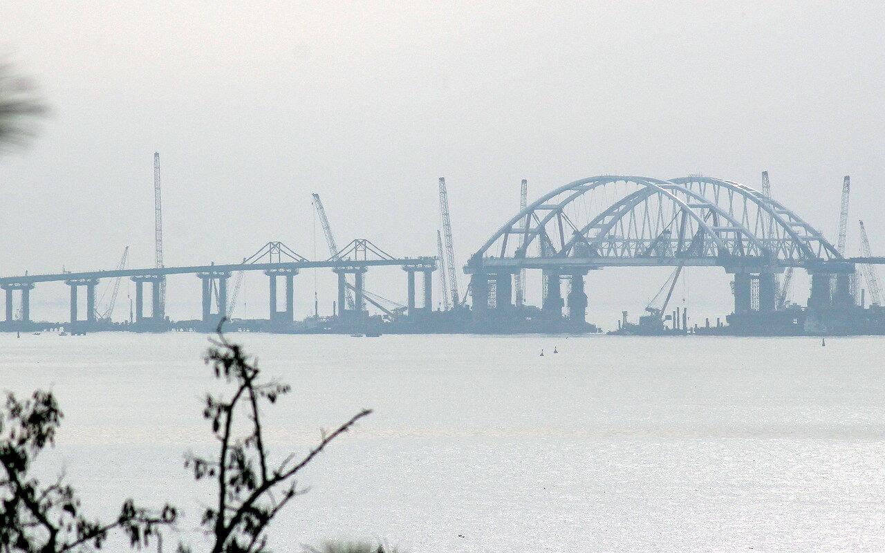 Установлены все автоопоры Керченского моста