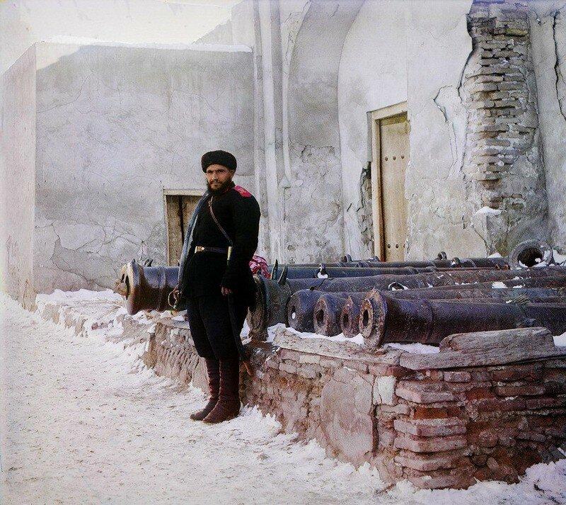 Часовой у дворца и старинные пушки на площади Регистан. Бухара. 1911 год. №21872-РСТ.jpg