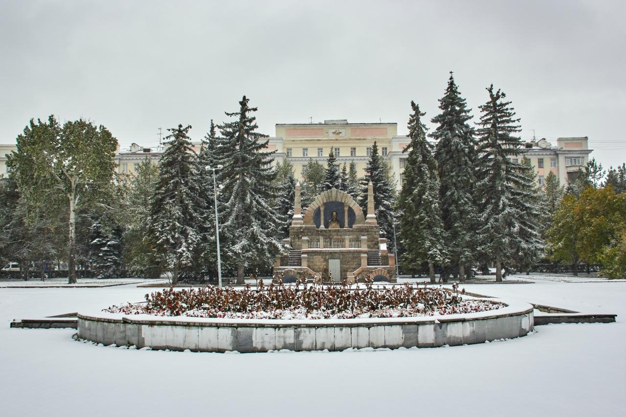 Памятник с крестом на просвет Сим Ваза. Токовский гранит Суджа