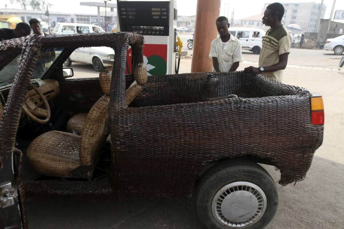 Даешь африканский дизайн: Автомобиль с обшивкой кузова из плетеных пальмовых листьев