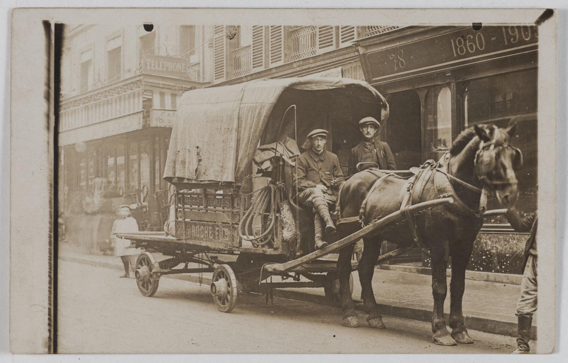 1907-1910. Посыльные. Дом A. Роше и сын. 78, rue de Cléry (2-й округ). Сейчас на этом месте оптовая продажа тканей