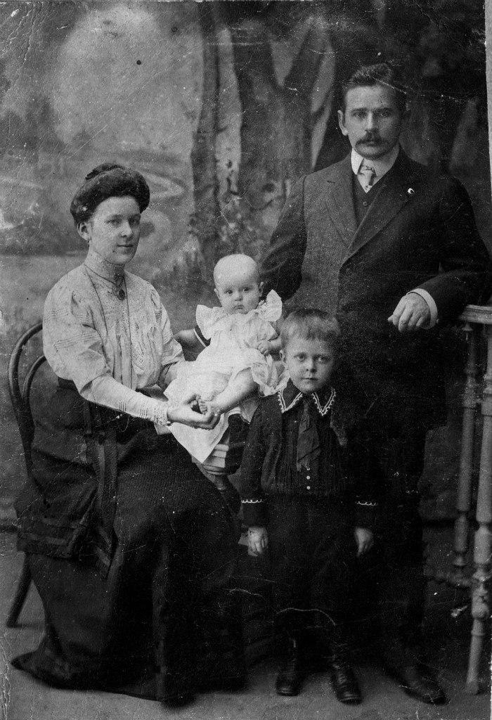 Гудовские Василий и Нина (в девичестве Яковлева) с детьми Мишей и Лизой