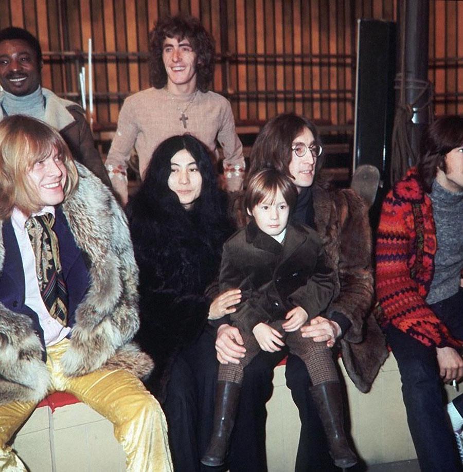 1968. Брайан Джонс (Rolling Stones), Роджер Долтри (The Who), Йоко Оно, Джон Леннон (The Beatles), Джулиан Леннон, и Эрик Клэптон (Cream)