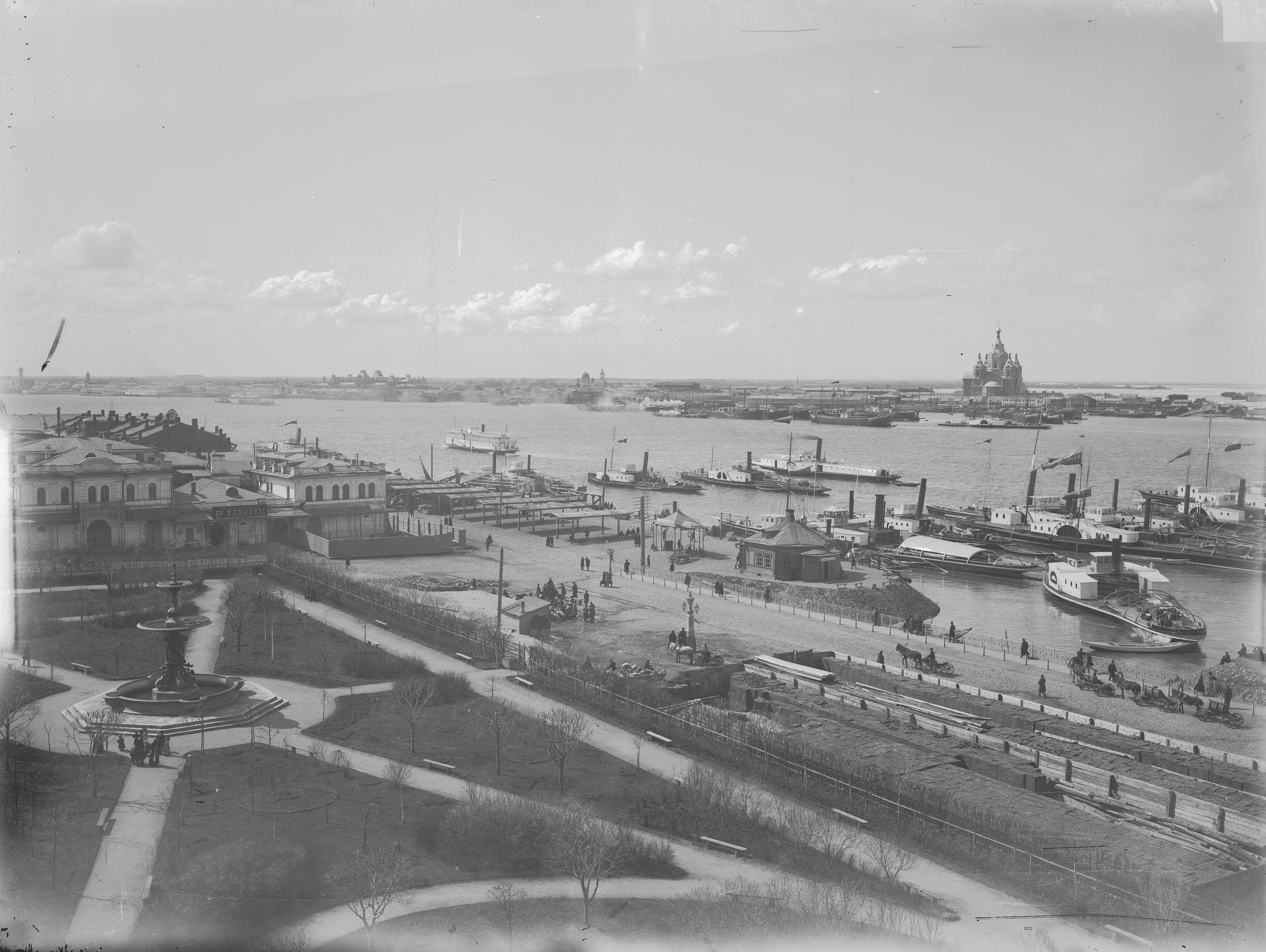 Вид на Сафроновскую площадь (на переднем плане) и на заречную часть города