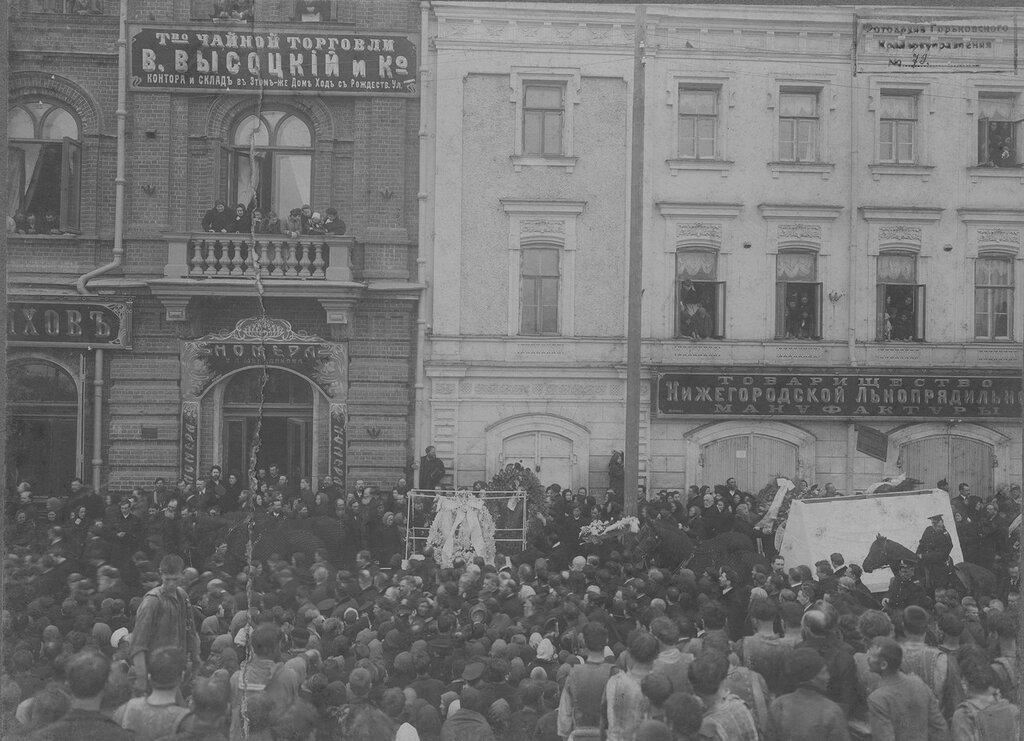 1911. Похороны Бугрова Н. А. Вынос тела из его дома на Нижневолжской набережной. 19 апреля
