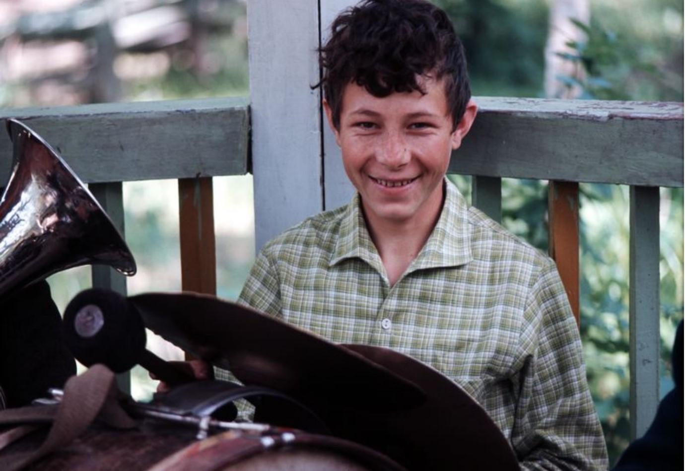 В пионерском лагере. Мальчик с музыкальными инструментами