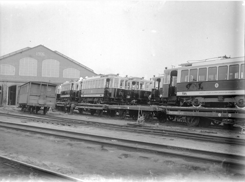 Трамвай на железнодорожных путя