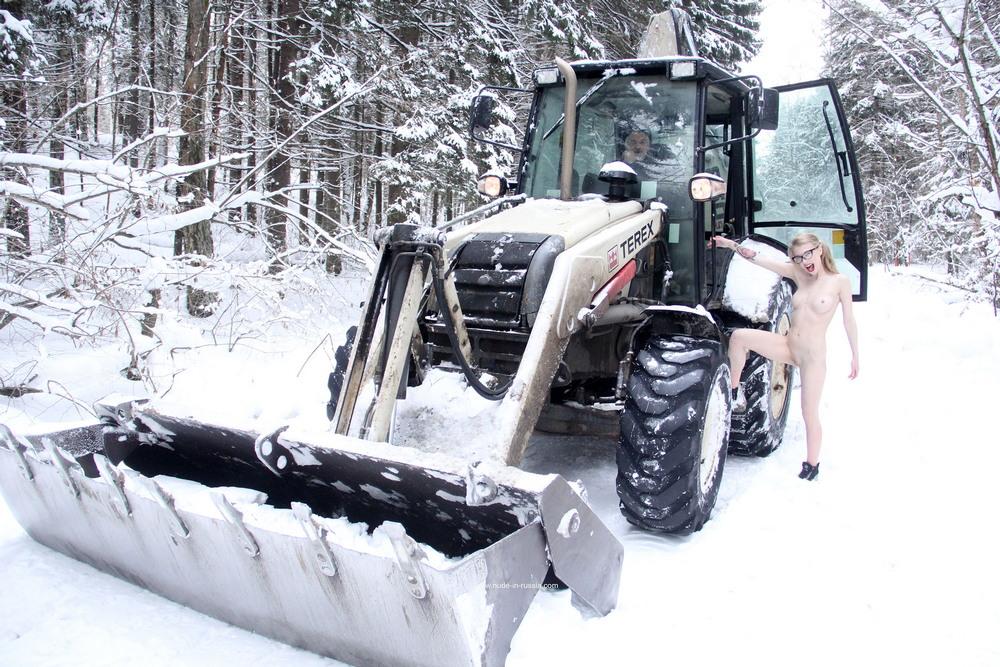 Голая Ева остановила трактор на зимней дороге