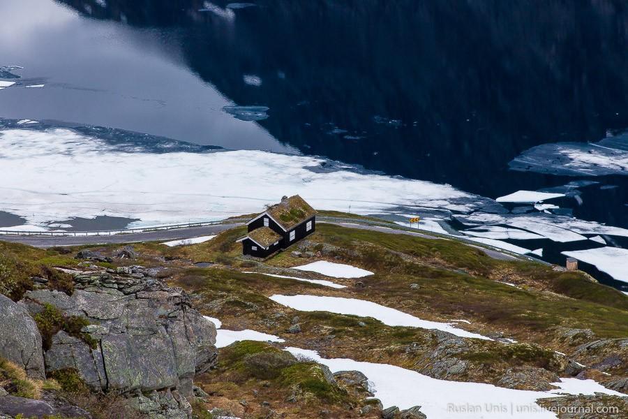 11. Поднимаемся выше и неожиданно обнаруживаем живописный домик на скале у дороги. И да, на этой фот