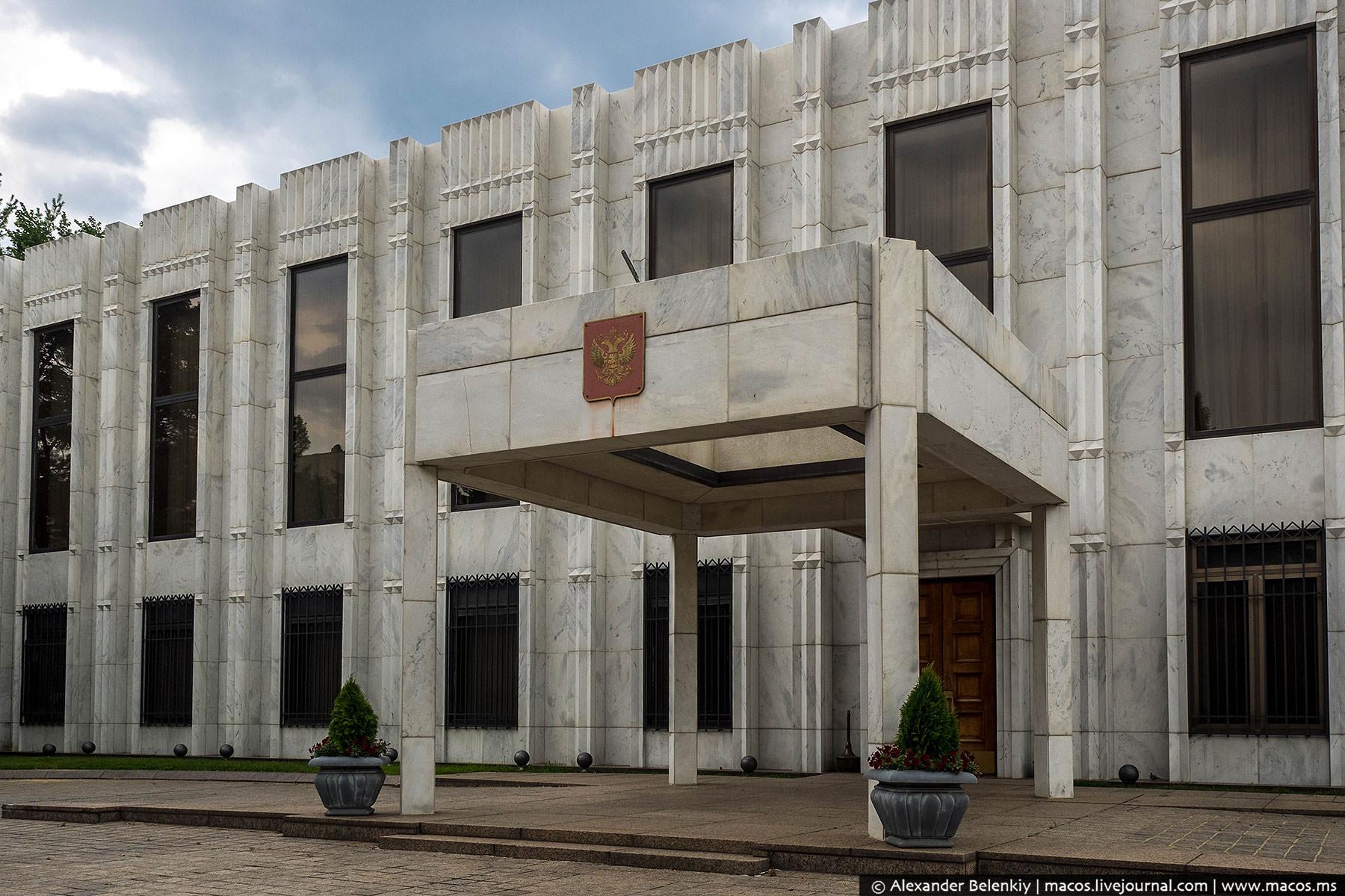 Представительское и административные здания были готовы к 1985 году, а жилой дом и школа даже раньше