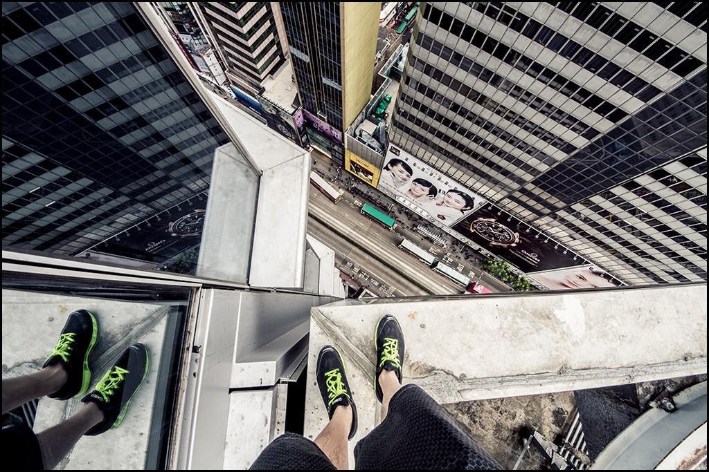 1. Эндрю Цо открывает новый вид с крыши небоскреба.