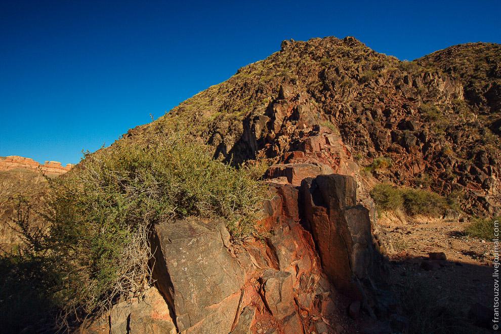Почти все каньоны и ущелья овеяны тайнами. Много баек ходит и вокруг Чарына: люди воспринимали