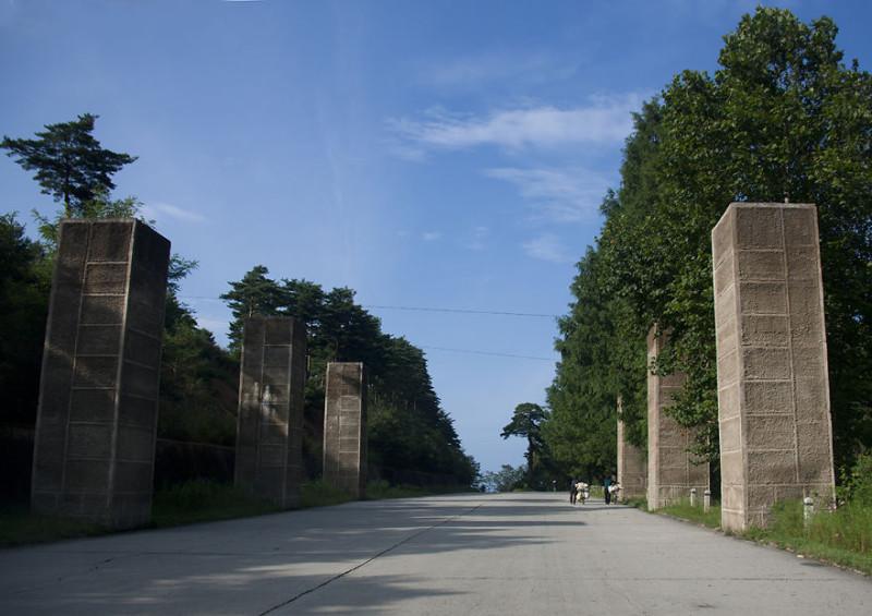 По всей длине шоссе, которое проходит вдоль южнокорейской границы, стоят вот такие бетонные блоки. О