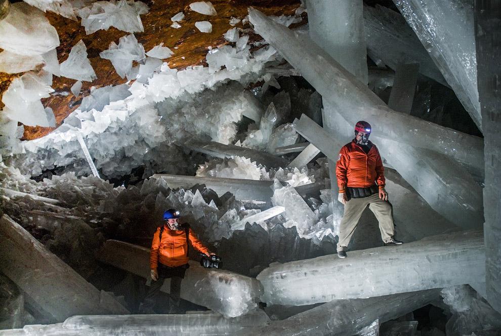 Специалисты считают, что сохранить огромные кристаллы селенита можно плавным снижением темпер