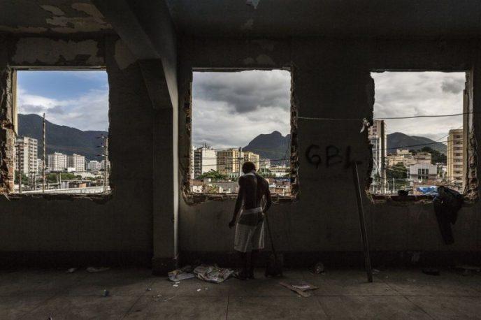 16-летняя Памела со своей семьей живет в полуразрушенном здании, где 17 лет назаднаходился Бразильс