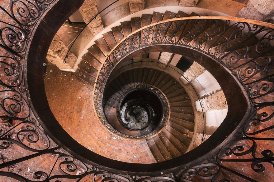 Лестница-глаз.  «Эти старые здания хранят в себе историю, — говорит фотограф. — Они очень разнооб