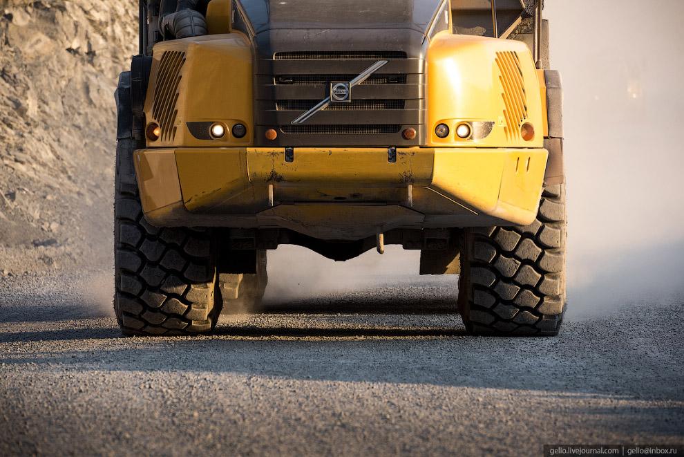 11. Перво-наперво, обод колеса обильно сдабривают смазочным материалом.