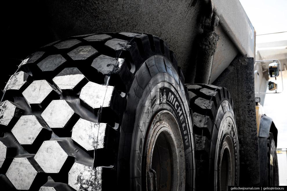 19. На самосвале Volvo А40 шесть колёс. Каждое крепится 24 гайками. Таким образом, монтажникам нужно