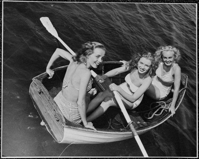 Калифорния. 1941.      Юная Норма Джин Мортенсон (в центре) на празднике с подругами.