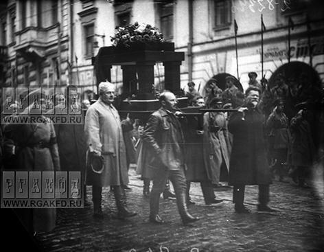 М.И.Калинин, А.С.Енукидзе, Н.И.Бухарин и др. несут урну с прахом А.Д.Цурюпы в день похорон.