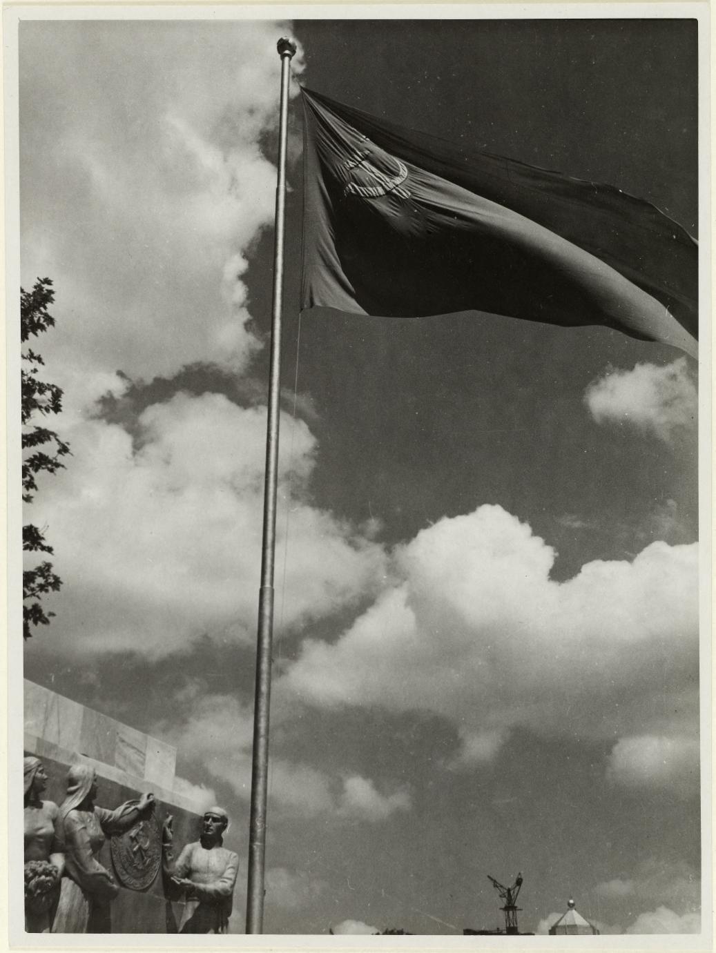 Флаг на советском павильоне