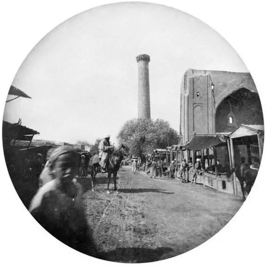 Богатые и бедные сарты на площади Регистан