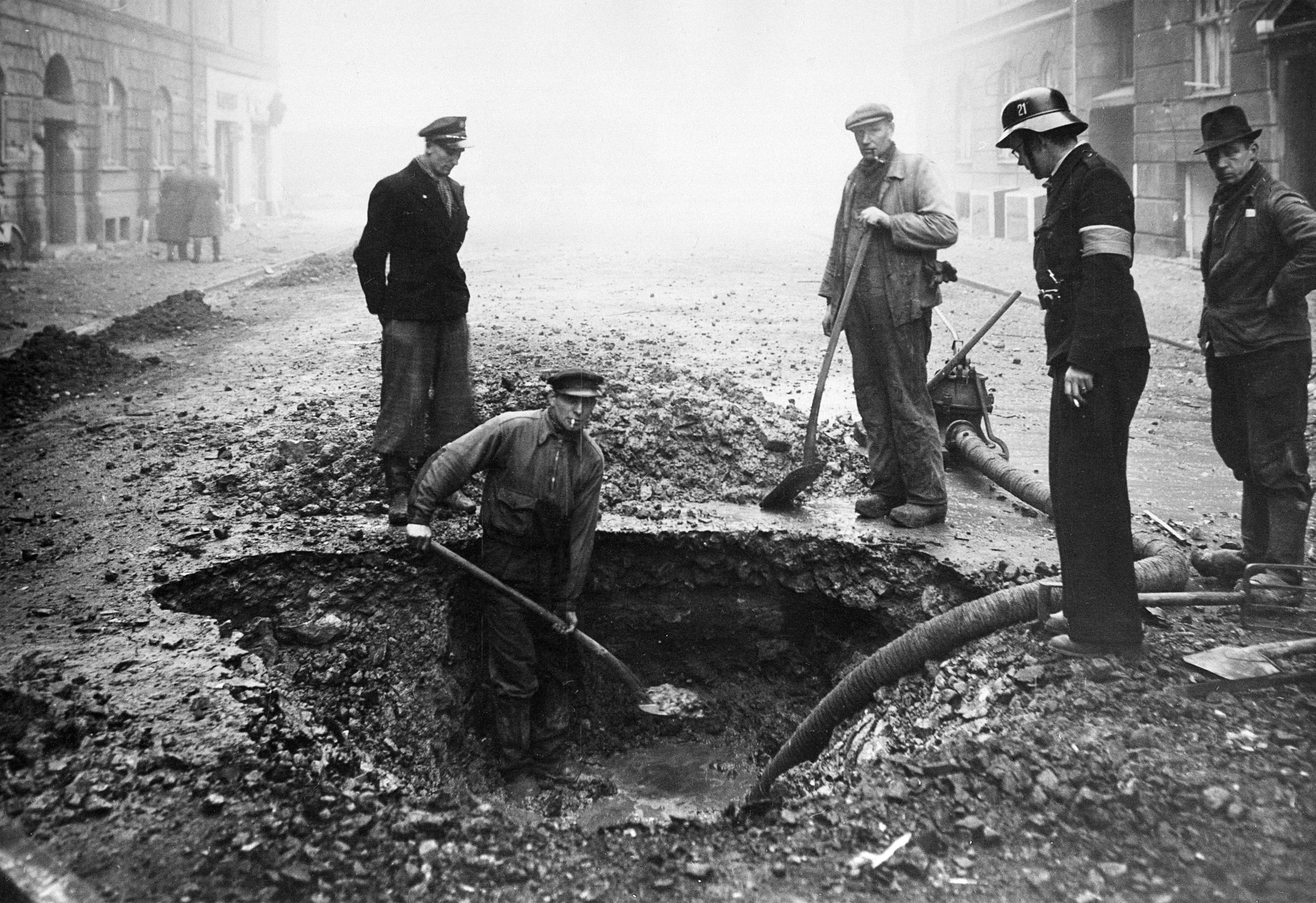 1943. Воронка от бомбы в Njalsgade после атаки RAF. 27 января