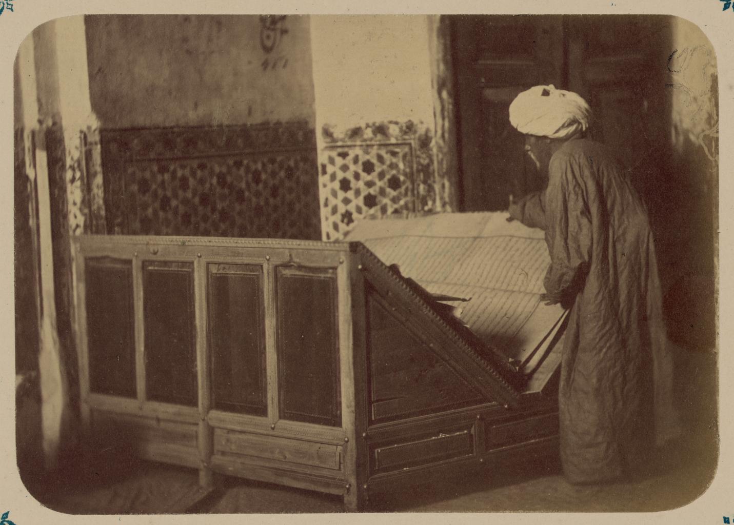 Мечеть (ханака) Шах-Зиндэ. Пюпитр с Кораном, пожертвованным бухарским эмиром Насруллой