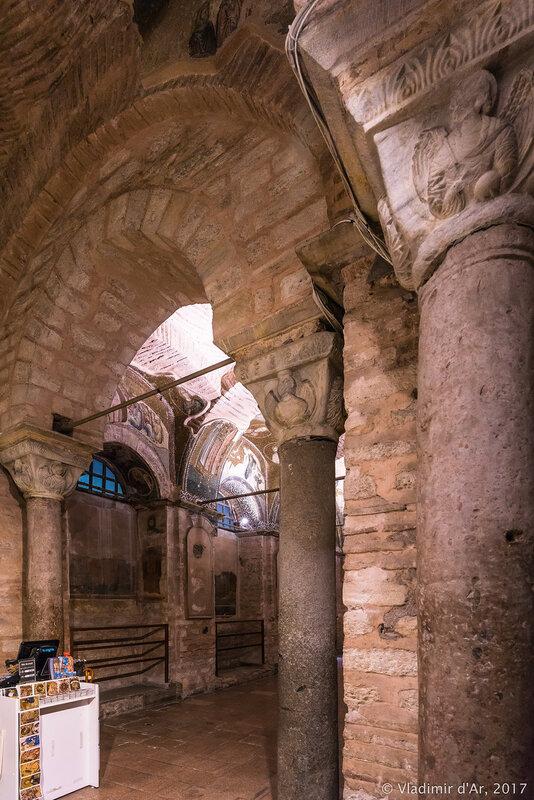 Могилы E и F (слева направо) в экзонартексе. Мозаики и фрески монастыря Хора. Церковь Христа Спасителя в Полях.