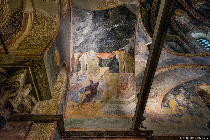 Три библейских священнослужителя, стоящих перед алтарем. Мозаики и фрески монастыря Хора. Церковь Христа Спасителя в Полях.