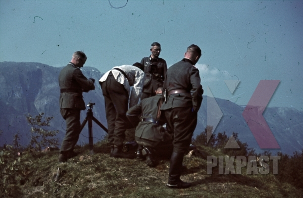 stock-photo-ww2-color-norway-1941-wehrmacht-officers-build-observation-point-pistol-binoculars-white-summer-tunic-8003.jpg