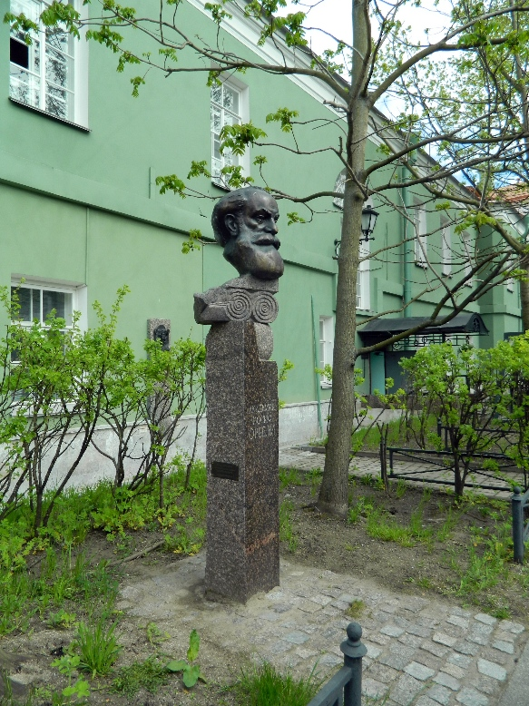 Памятник академику Иосифу Орбели