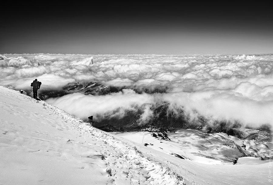 Остаётся каких-то 300 метров до вершины — самый сложный отрезок пути. Делаю три шага и отдыхаю,