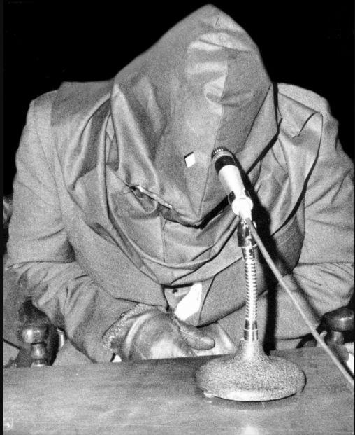 Свидетель, скрывающий лицо, дает показания против мафии, 1969 год.