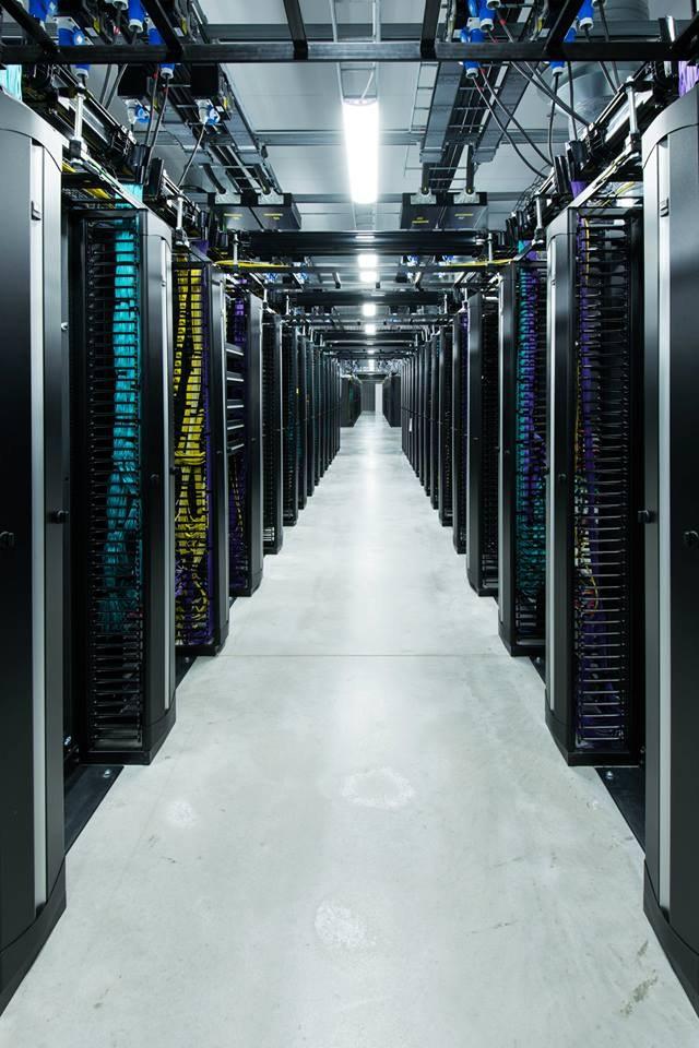 Крупнейшая социальная сеть Фейсбук была основана в 2004 году Марком Цукербергом и его соседями